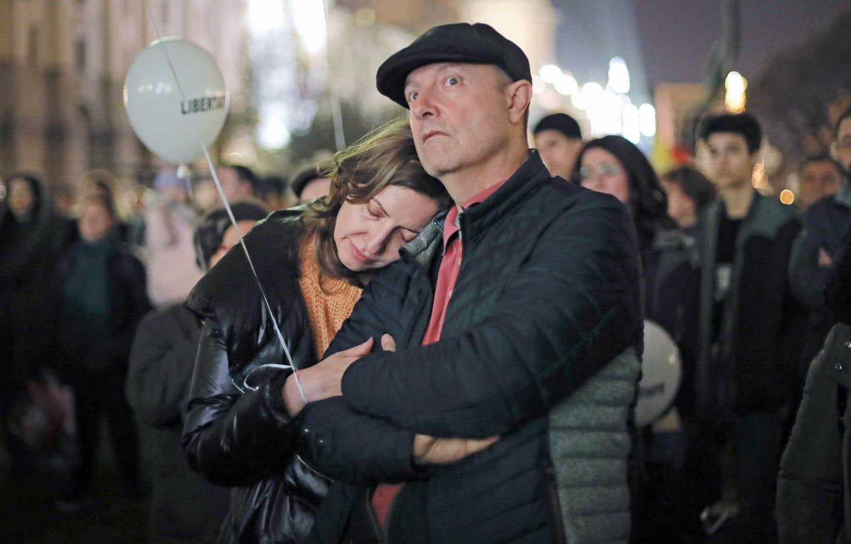 Les manifestants ont observé une minute de silence place de la Révolution avant de laisser s'envoler des centaines de ballons blancs symbolisant, selon les organisateurs, «l'âme des 1142 personnes tuées» il y a trente ans.