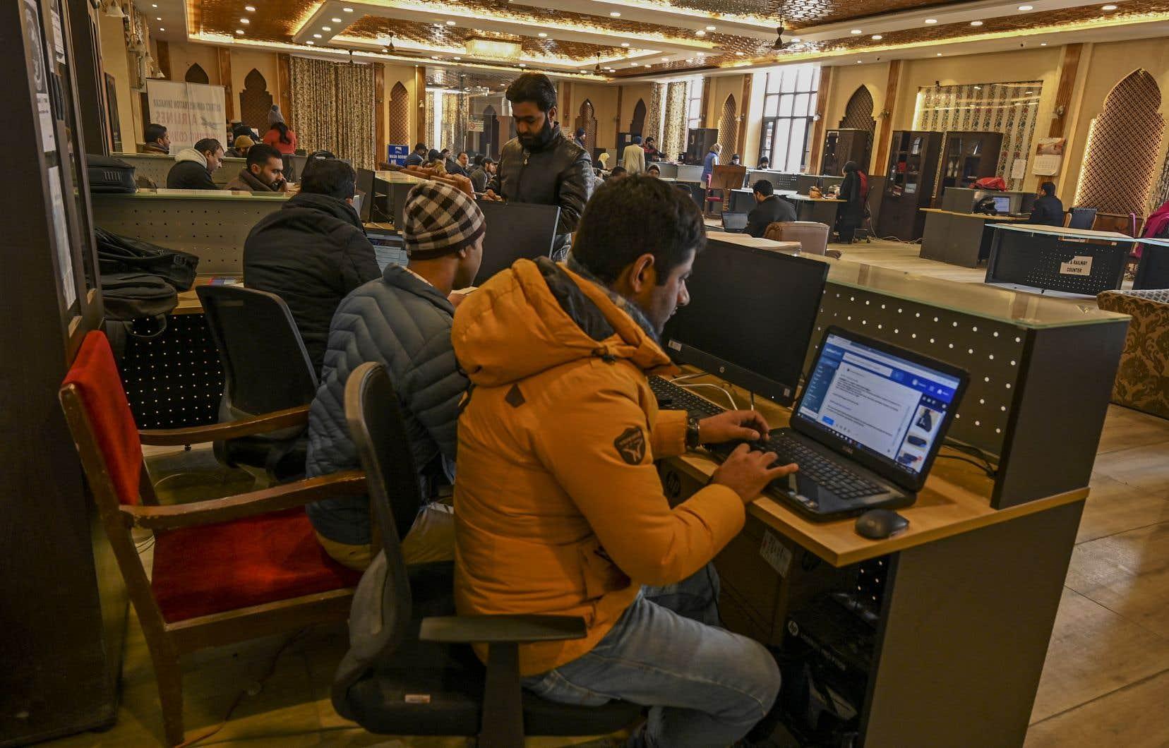 Les autorités indiennes ont établi une dizaine de kiosques Internet pour que le public puisse se connecter.
