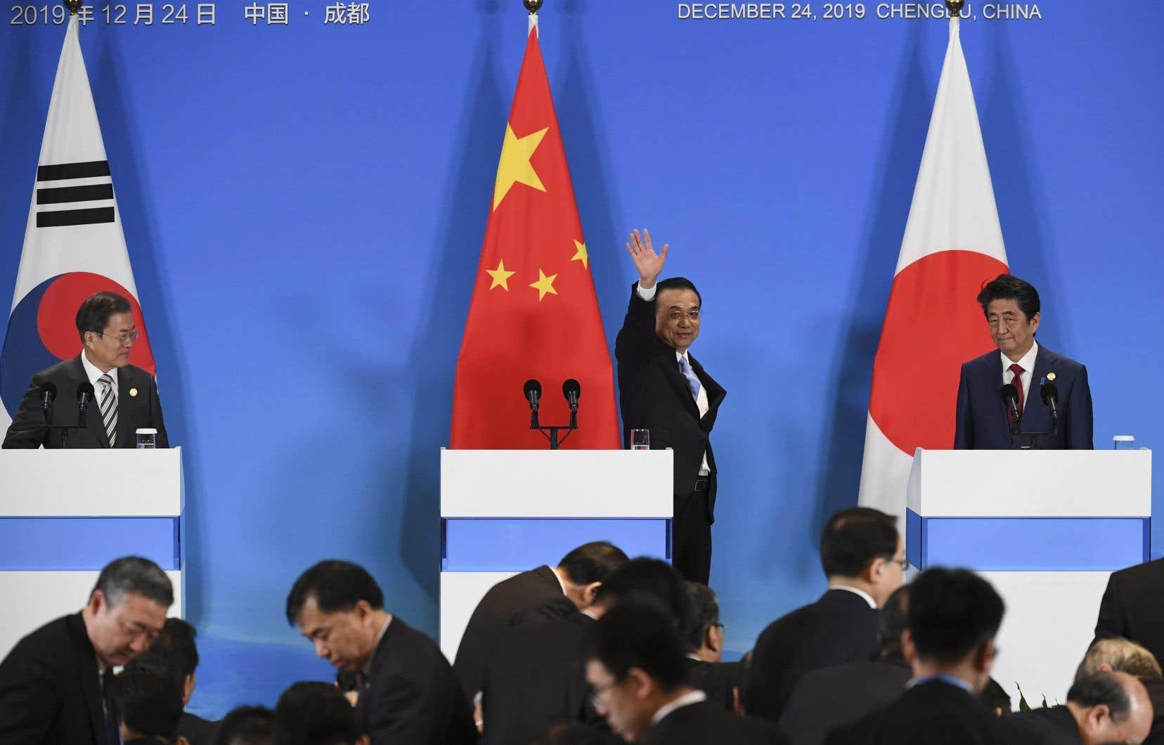 Le président sud-coréen, Moon Jae-in, le premier ministre chinois,Li Keqiang et le premier ministre japonais,Shinzo Abe