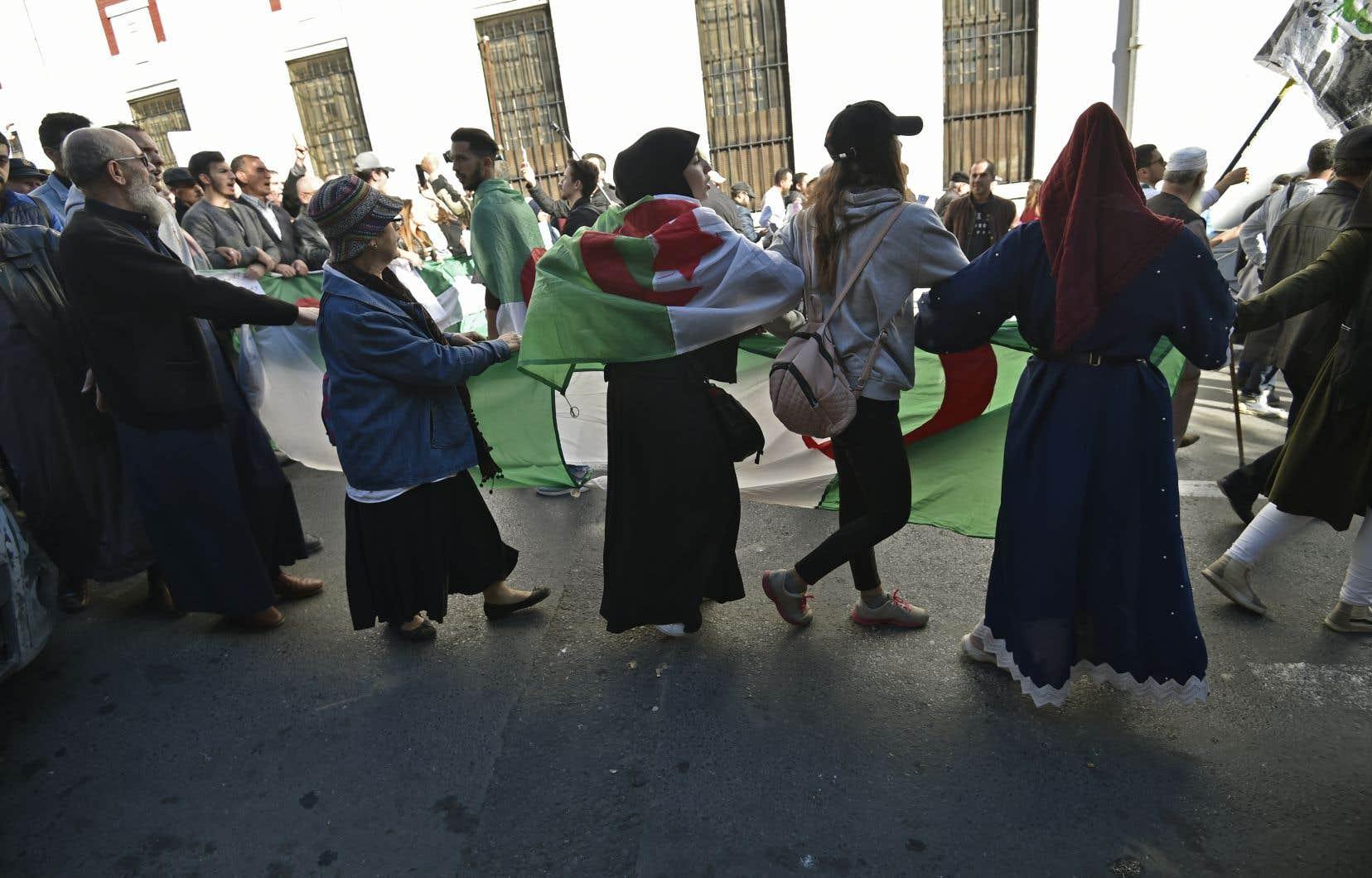 Les étudiants ont maintenu leur manifestation hebdomadaire – la 44econsécutive – malgré le deuil national de trois jours.