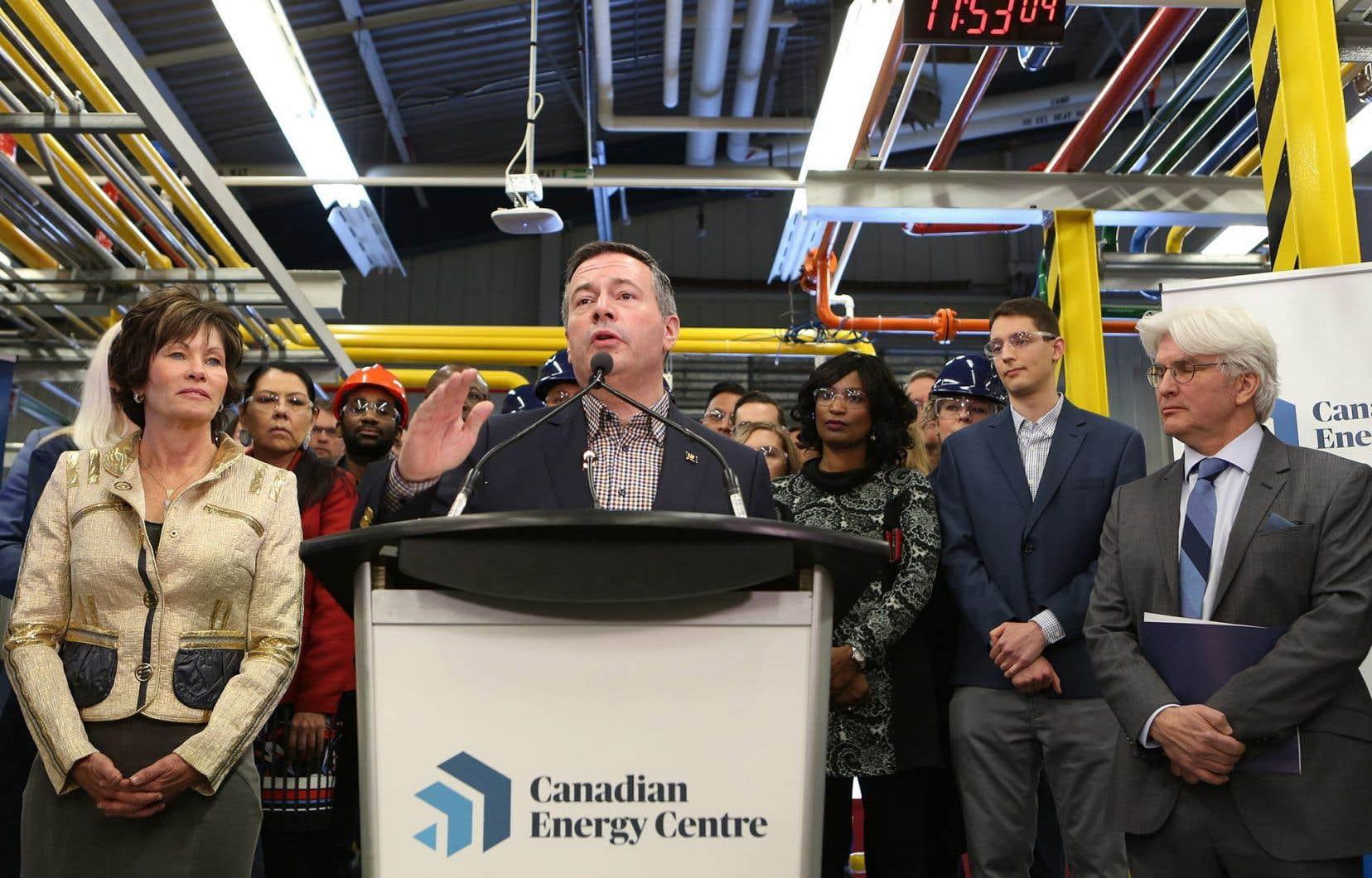 Le 11 décembre, le premier ministre albertain, Jason Kenney,a lancé le Centre de l'énergie canadienne, qu'il décrit comme un «centre des opérations» («war room») servant à réagir et à corriger la «désinformation» sur l'industrie énergétique de la province.