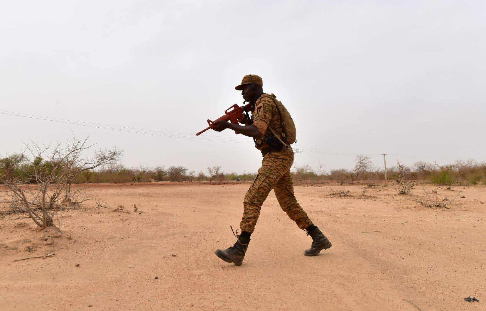 Un soldat burkinabé en entraînement près de Ouagadougou en 2018