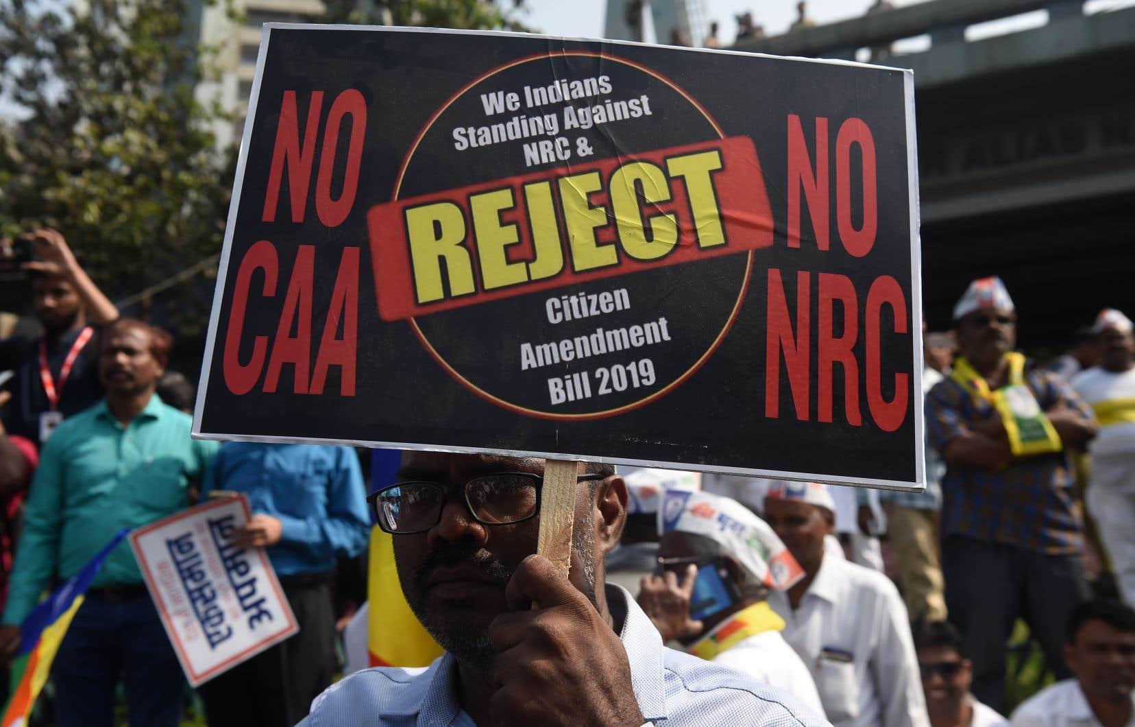 Quelque 2500 personnes ont manifesté dans la capitale économique de l'Inde, Mumbai, brandissant des pancartes avec des slogans hostiles à la loi.