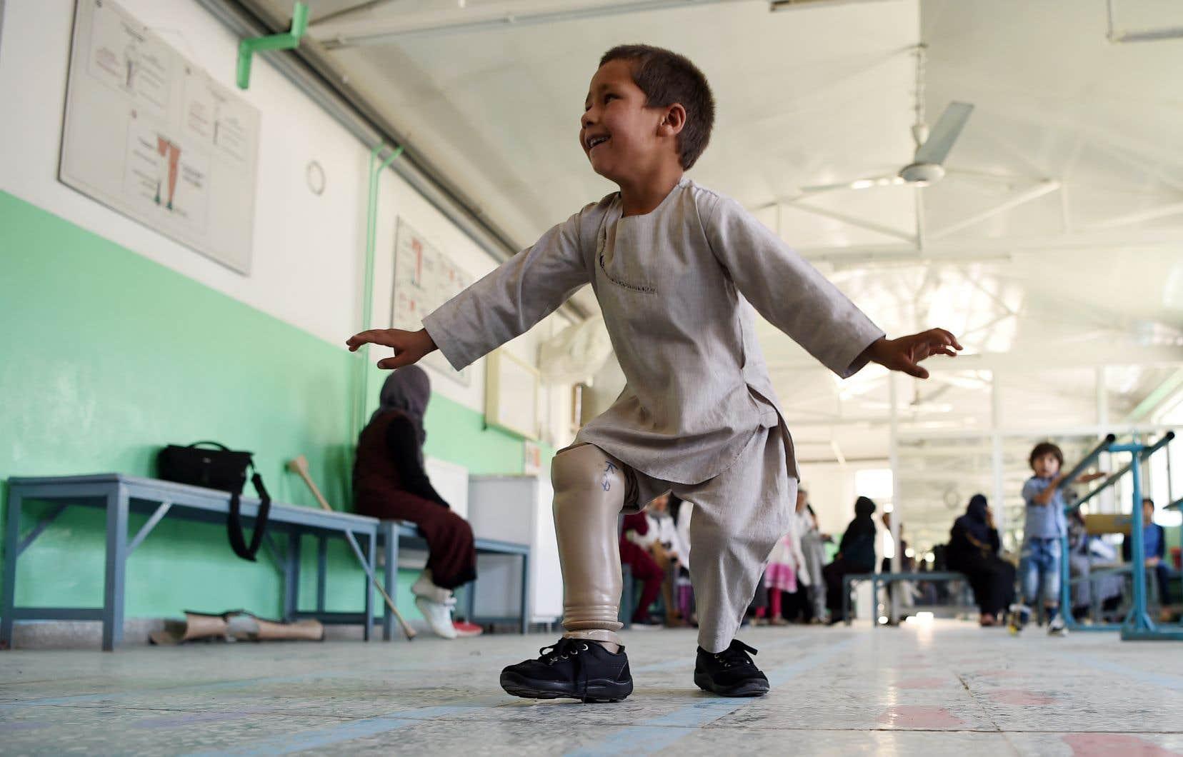 En 10 ans, le conflit afghan a fait plus de 100000 victimes civiles, tuées et blessées, comme le petit Ahmad Sayed Rahman, 5 ans, amputé d'une jambe après avoir été blessé par balle.