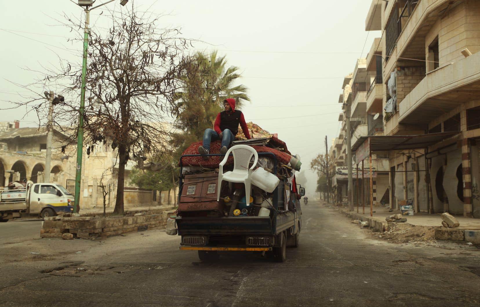 Un Syrien fuit la ville de Maaret al-Numan, située dans la province d'Idleb. Déclenché en 2011, le conflit en Syrie a fait plus de 370 000 morts et des millions de déplacés et réfugiés.