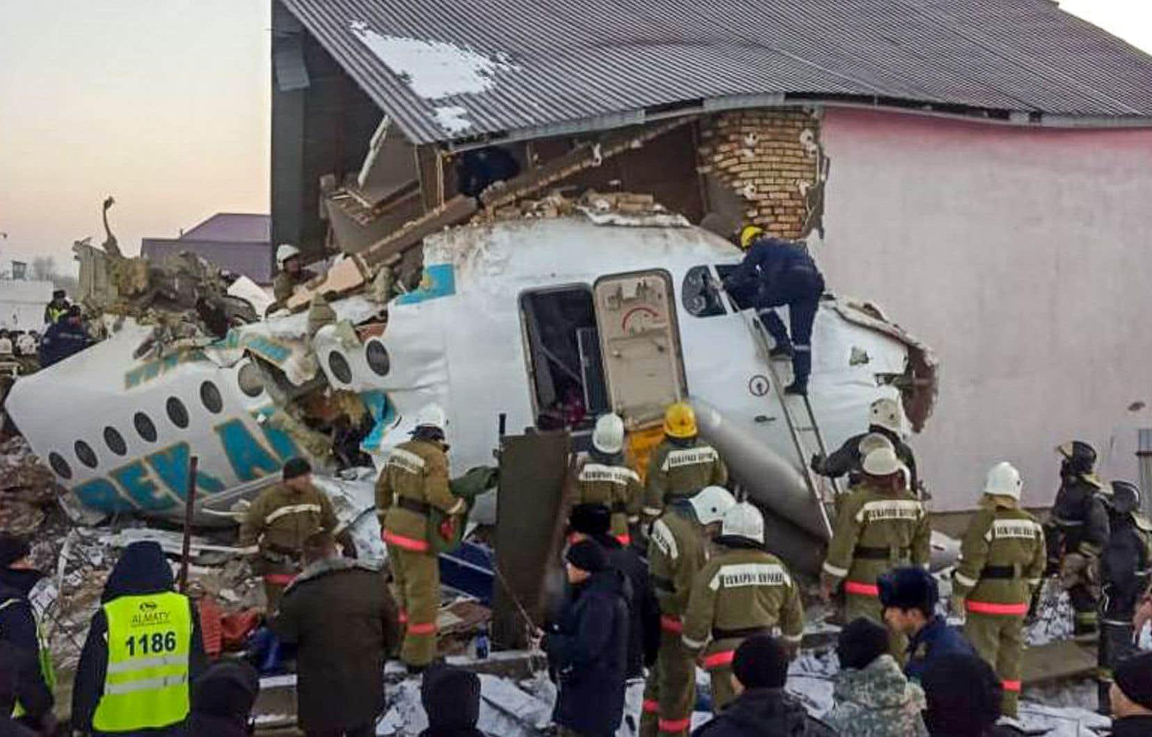 <p>L'avion s'est écrasé dans une zone habitée, détruisant une maison, mais les autorités n'ont fait état d'aucune victime au sol.</p>