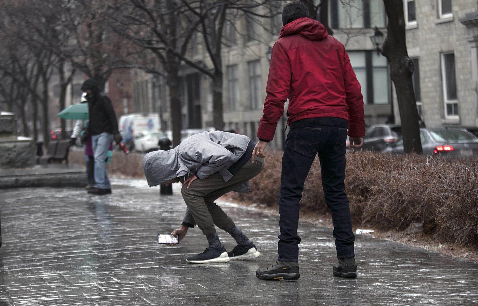 Les rues secondaires et la plupart des trottoirs de Montréal demeurent glacés, même au centre-ville.
