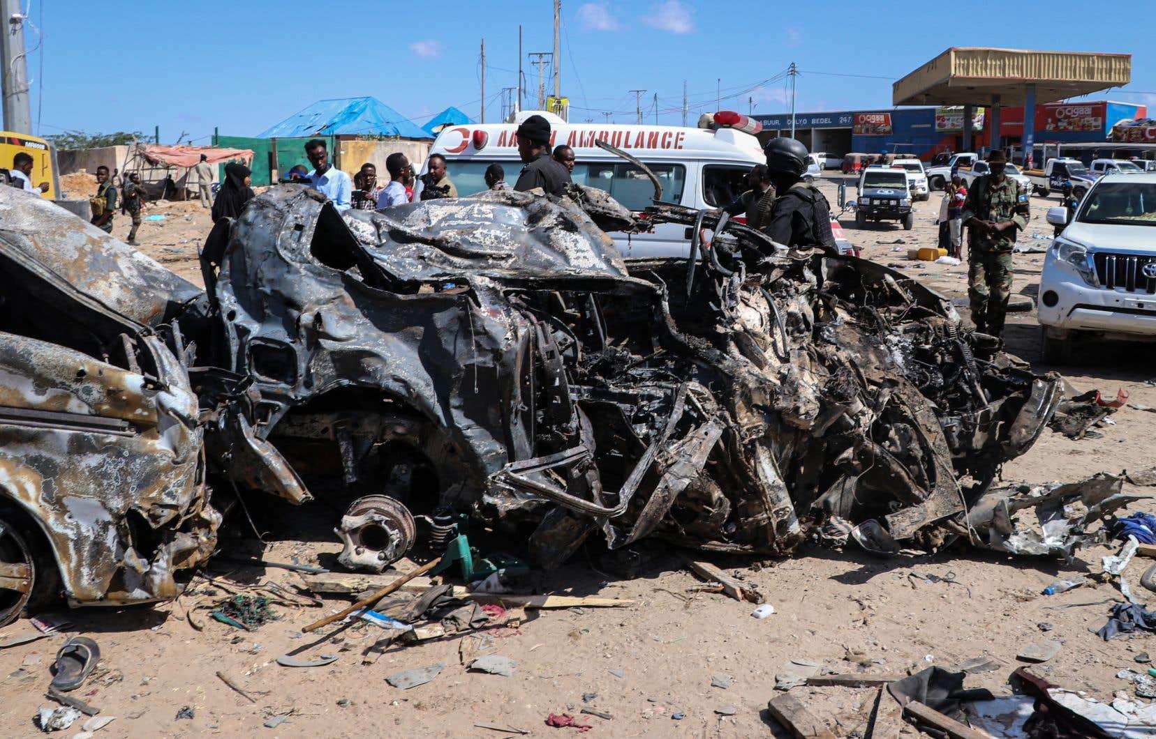 Les blessés ont été emmenés sur des civières du site jonché de débris tordus et calcinés de véhicules touchés par l'explosion.
