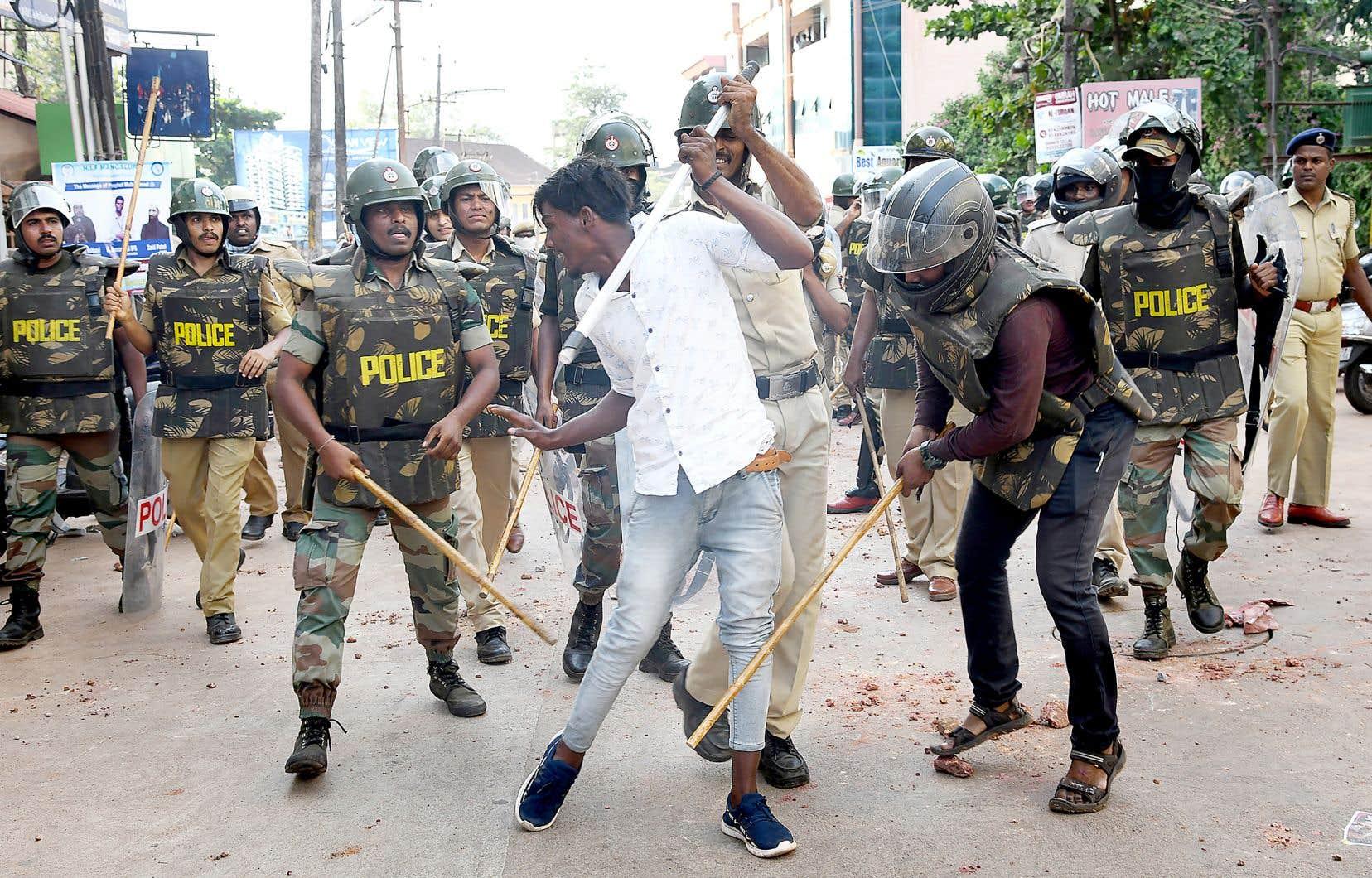 Un manifestant contre la nouvelle loi sur la citoyenneté en Inde se fait frapper par des policiers utilisant le «lathi».