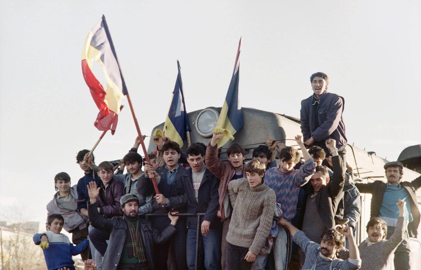 22 décembre 1989. Des Roumains célèbrent à Oravita la chute du dictateur Nicolae Ceausescu.