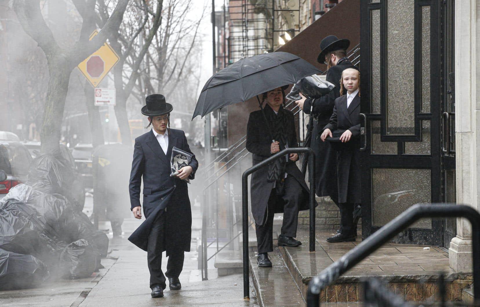Des juifs orthodoxes se sont rassemblés pour la fin de Hanouka dans une synagogue de Brooklyn à New York.