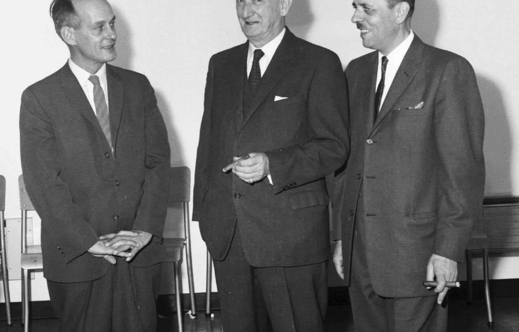 Le ministre des Richesses naturelles, René Lévesque, avec Jules-A. Brillant (au centre), lors de la nationalisation de la Compagnie de pouvoir du Bas-Saint-Laurent.