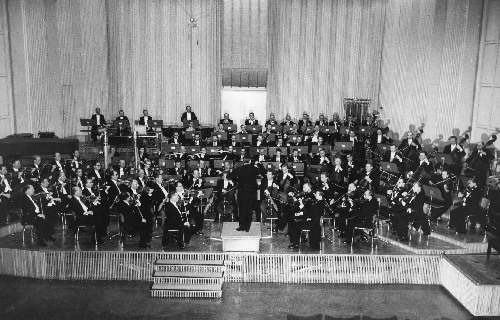 L'Orchestre du Südwestfunk et Hans Rosbaud en 1959 dans leur studio d'enregistrement de Baden-Baden.