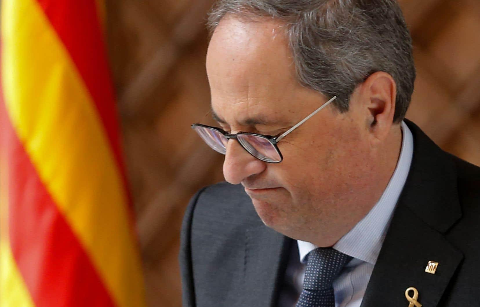 Le président catalan Quim Torra avait refusé de retirer des emblèmes séparatistes de la façade du siège du gouvernement régional pendant une campagne électorale.