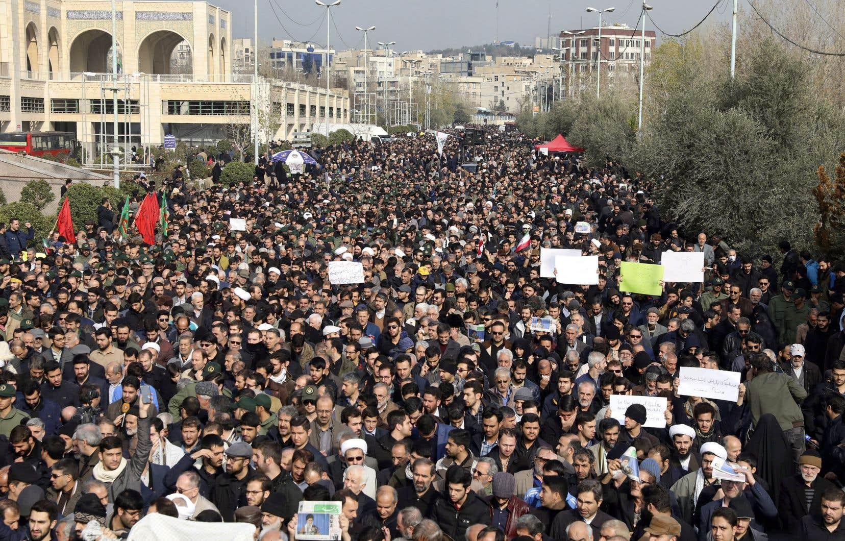 En colère, les Iraniens sont descendus dans les rues de Téhéran, vendredi, pour protester contre l'attaque américaine.