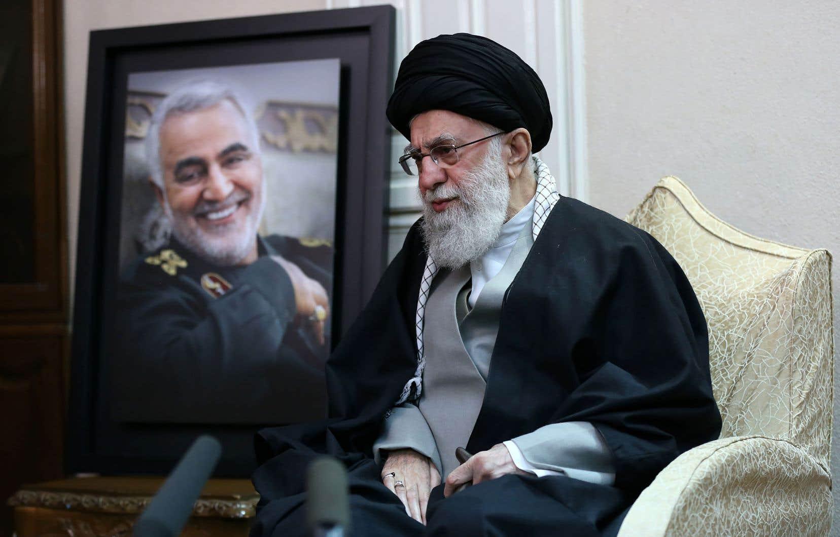 Le guide suprême de l'Iran, l'ayatollah Ali Khamenei, posant à côté d'un portrait du général iranien tuéQassem Soleimani