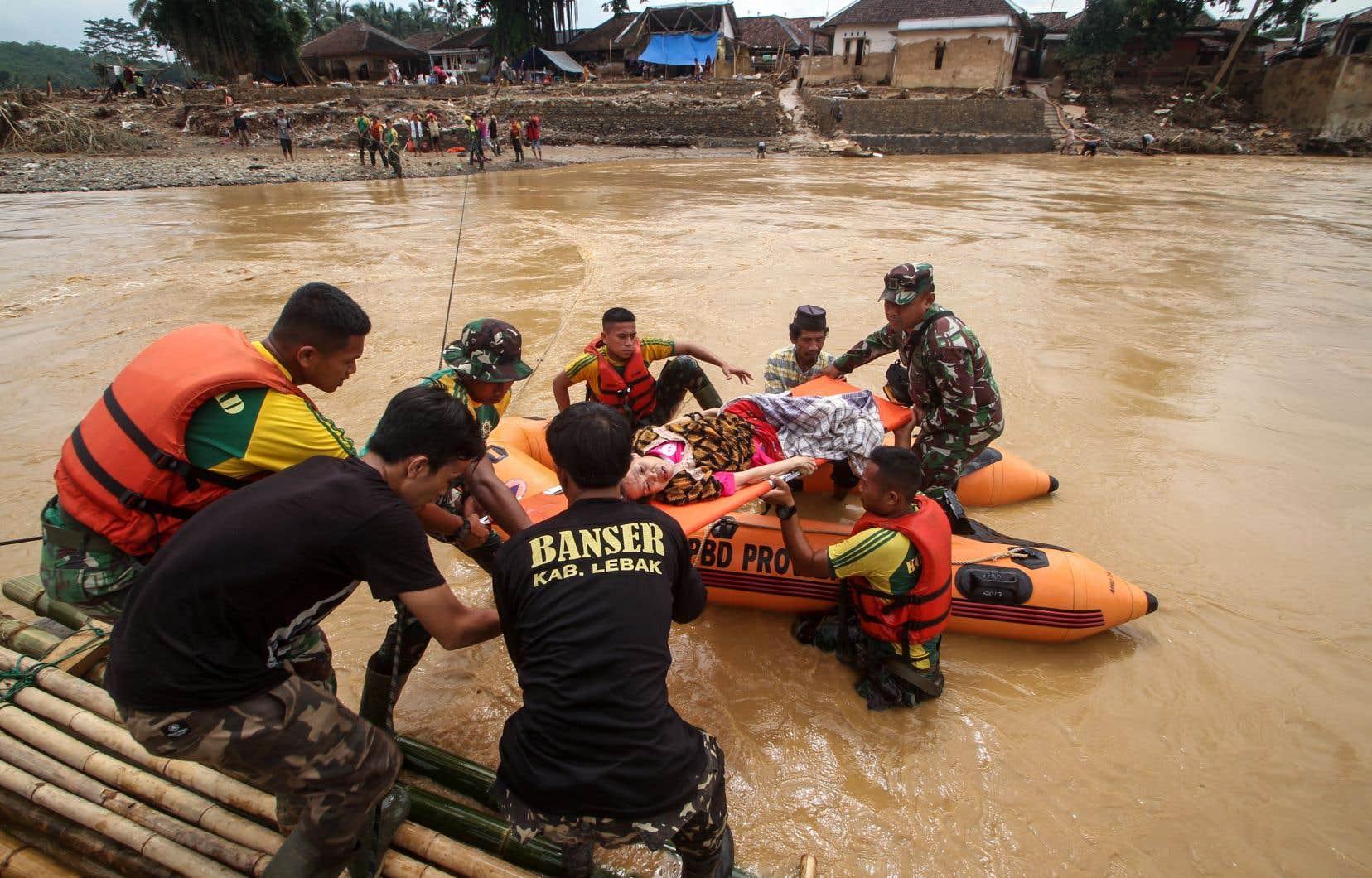 Des pluies torrentielles ont commencé à tomber la veille du Nouvel An, déclenchant des crues soudaines et des glissements de terrain dans la région de Jakarta et dans celle de Lebak.