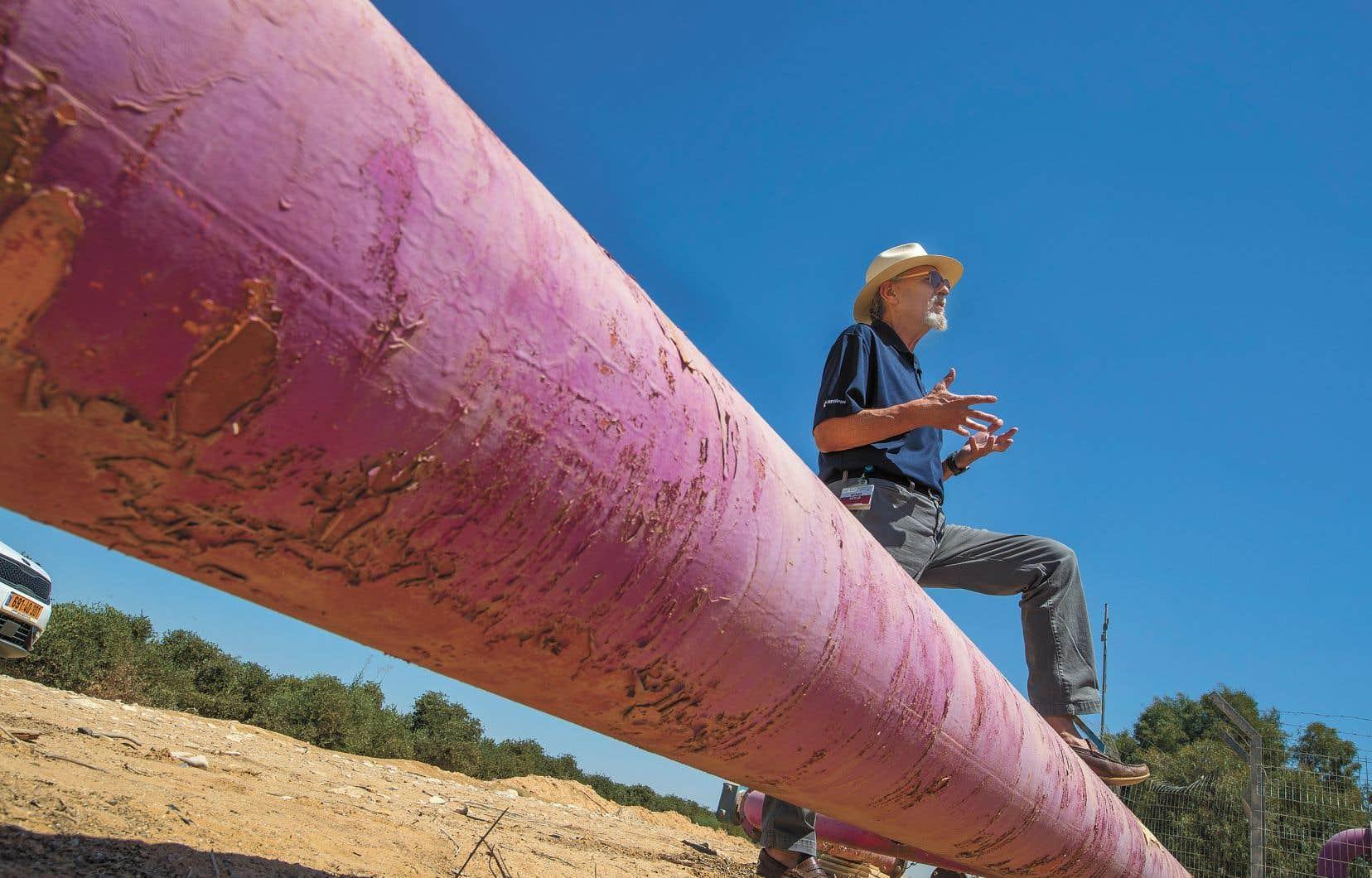 Un pipeline achemine de l'eau à un champ dans le désert du Néguev, dans le sud d'Israël. Natan Barak, de l'entreprise d'irrigation Netafim, surveille une plantation de jojoba près du kibboutz Hatzerim.