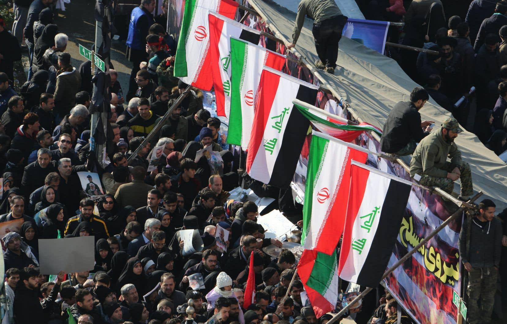 Paralysant le centre de la capitale iranienne, jeunes et vieux en deuil étaient entassés dans les rues pour rendre un dernier hommage au général Qassem Soleimani.