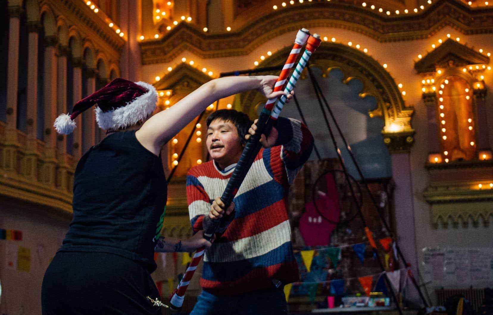 Dans l'exercice du jour, les manches à balai se muent magiquement en cannes, en accessoires de jonglerie ou encore en sabres entre les mains inventives des participants.