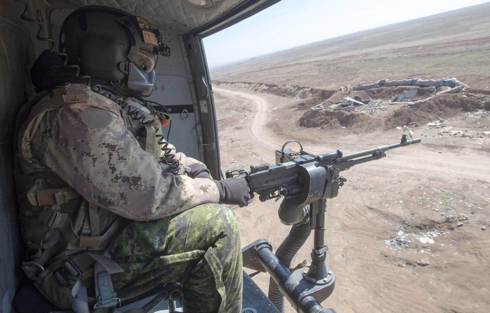 Un mitrailleur canadien, photographié en février 2017, participait à une mission de surveillance dans le nord de l'Irak à bord d'un hélicoptère Griffon.