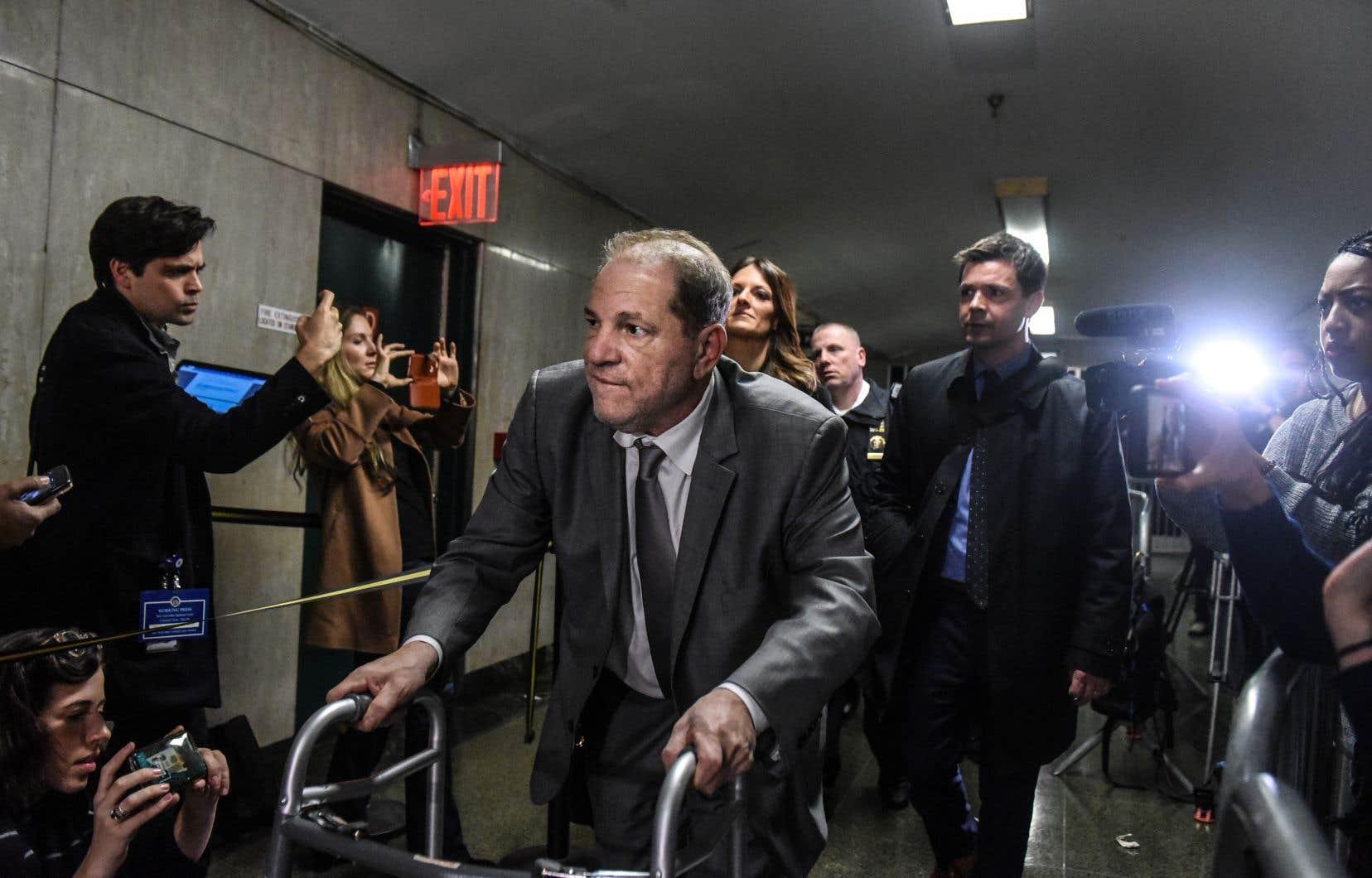 En apprenant que la cause pour laquelle ils avaient été appelés concernait le producteur Harvey Weinstein, montré ici à sa sortie du palais de justice de New York, une quarantaine de jurés ont immédiatement signalé qu'ils ne pourraient être «justes et impartiaux».