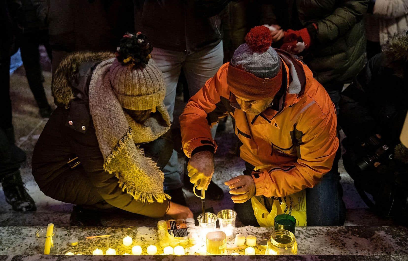 Une vigile a été organisée à Toronto dans le quartier de North York jeudi soir, à la mémoire des victimes du vol PS752.