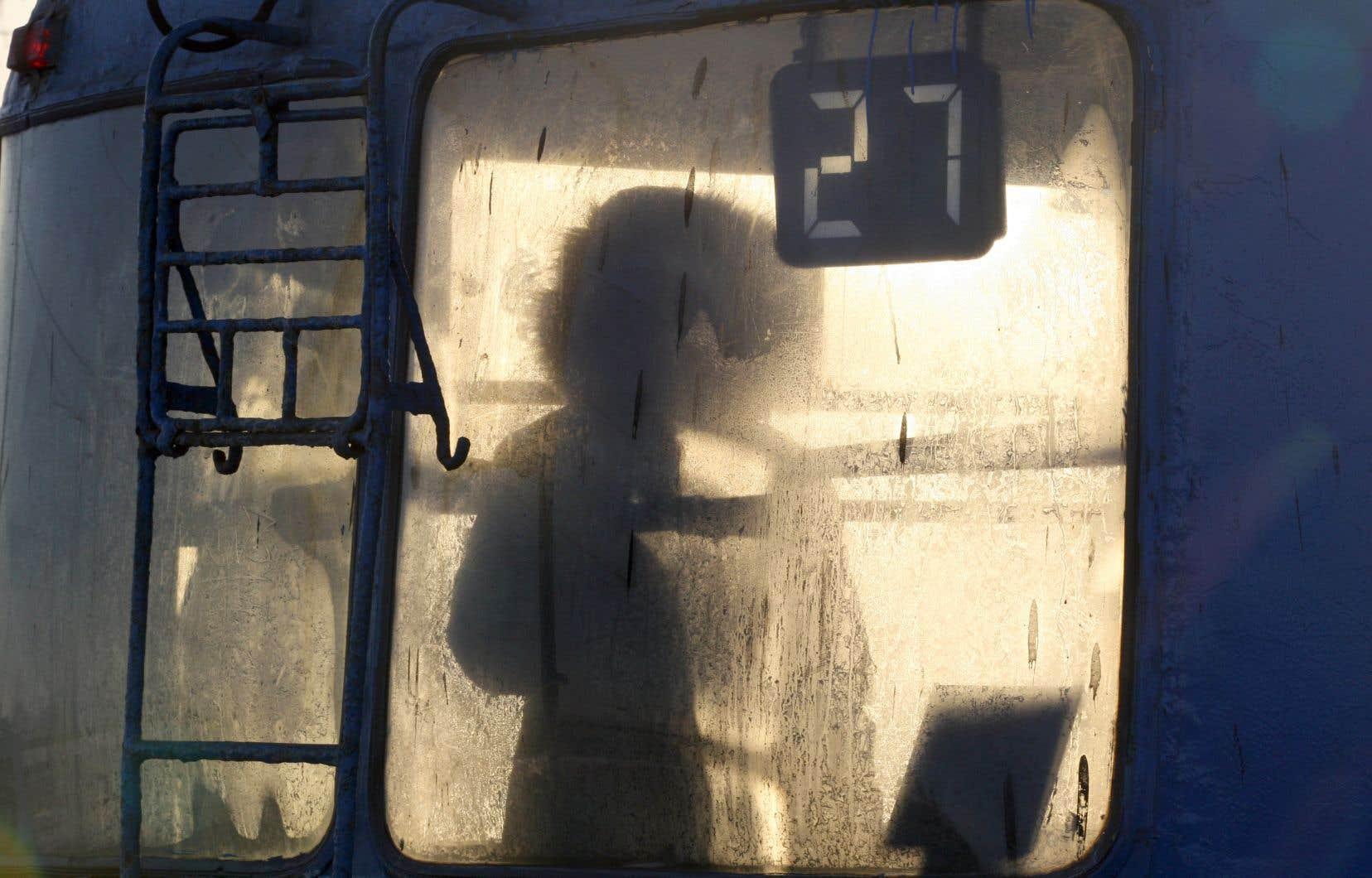 Une silhouette à travers la fenêtre givrée d'un bus à Saint-Pétersbourg