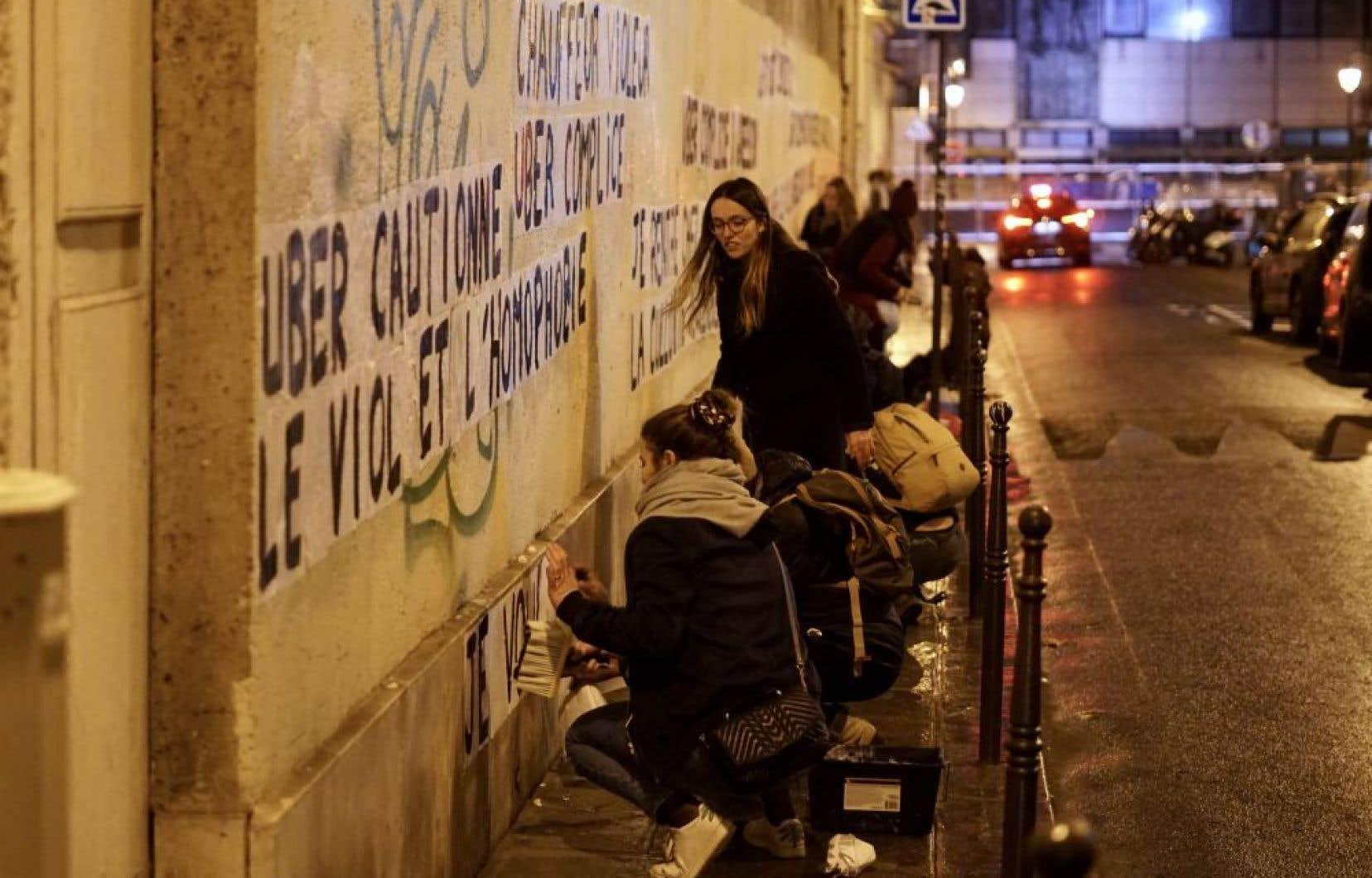 Les militantes collent frénétiquement leurs messages chocs sur les murs. Leur objectif: braquer les projecteurs sur les femmes tuées par leur conjoint, leur ex-conjoint ou un prétendant.