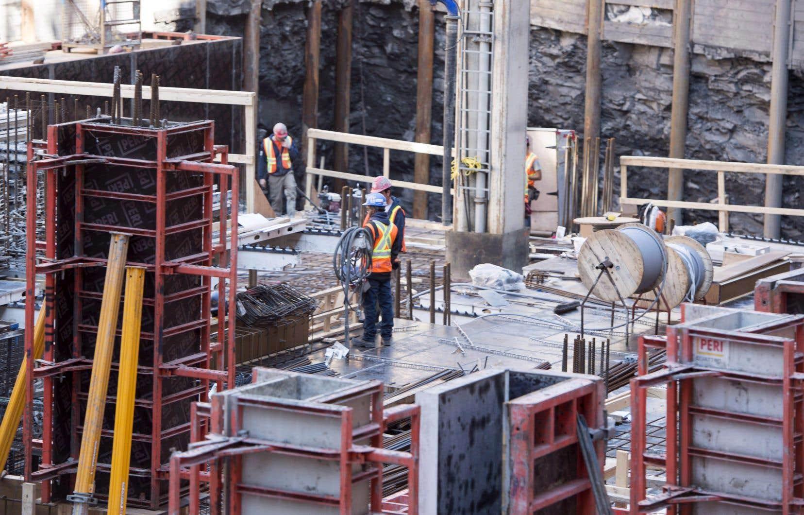 L'économiste en chef de la SCHL, Bob Dugan, a attribué principalement la diminution des mises en chantier au paysà la baisse decelles de logements collectifs à Toronto, Montréal et Ottawa.