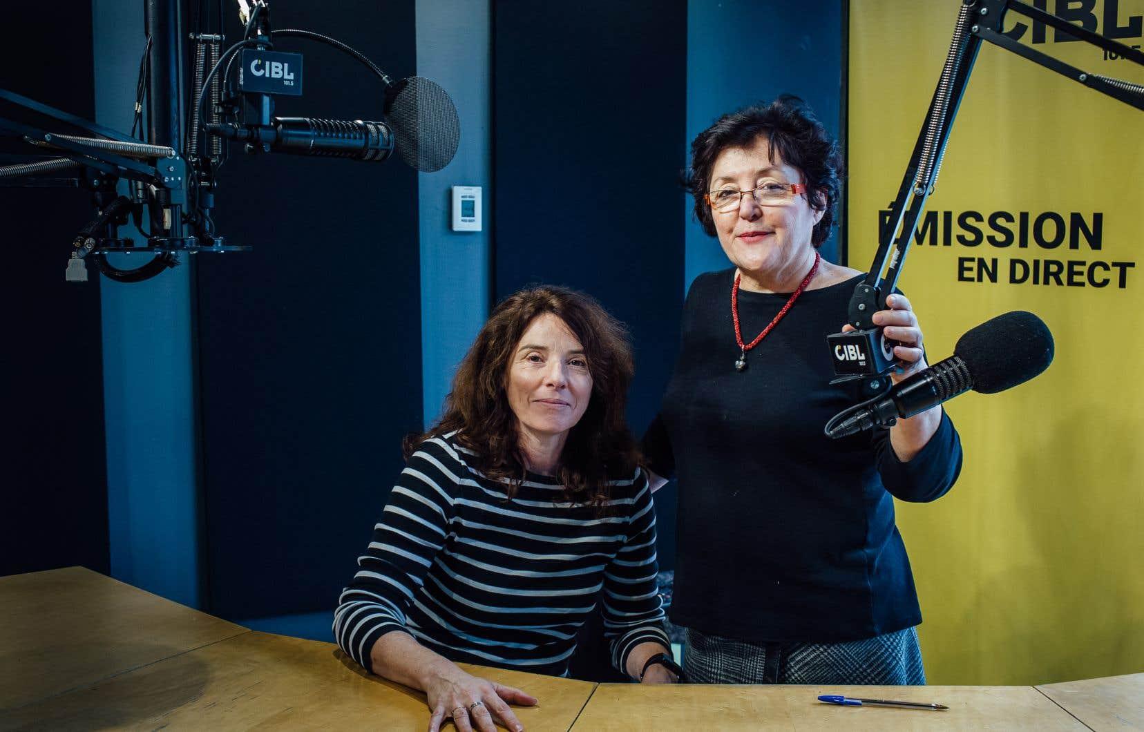 Jeanne Doré (à droite) et Nathalie Benoît, respectivement présidente et membre du conseil d'administration de CIBL dans l'emblématique studio de l'édifice 2-22