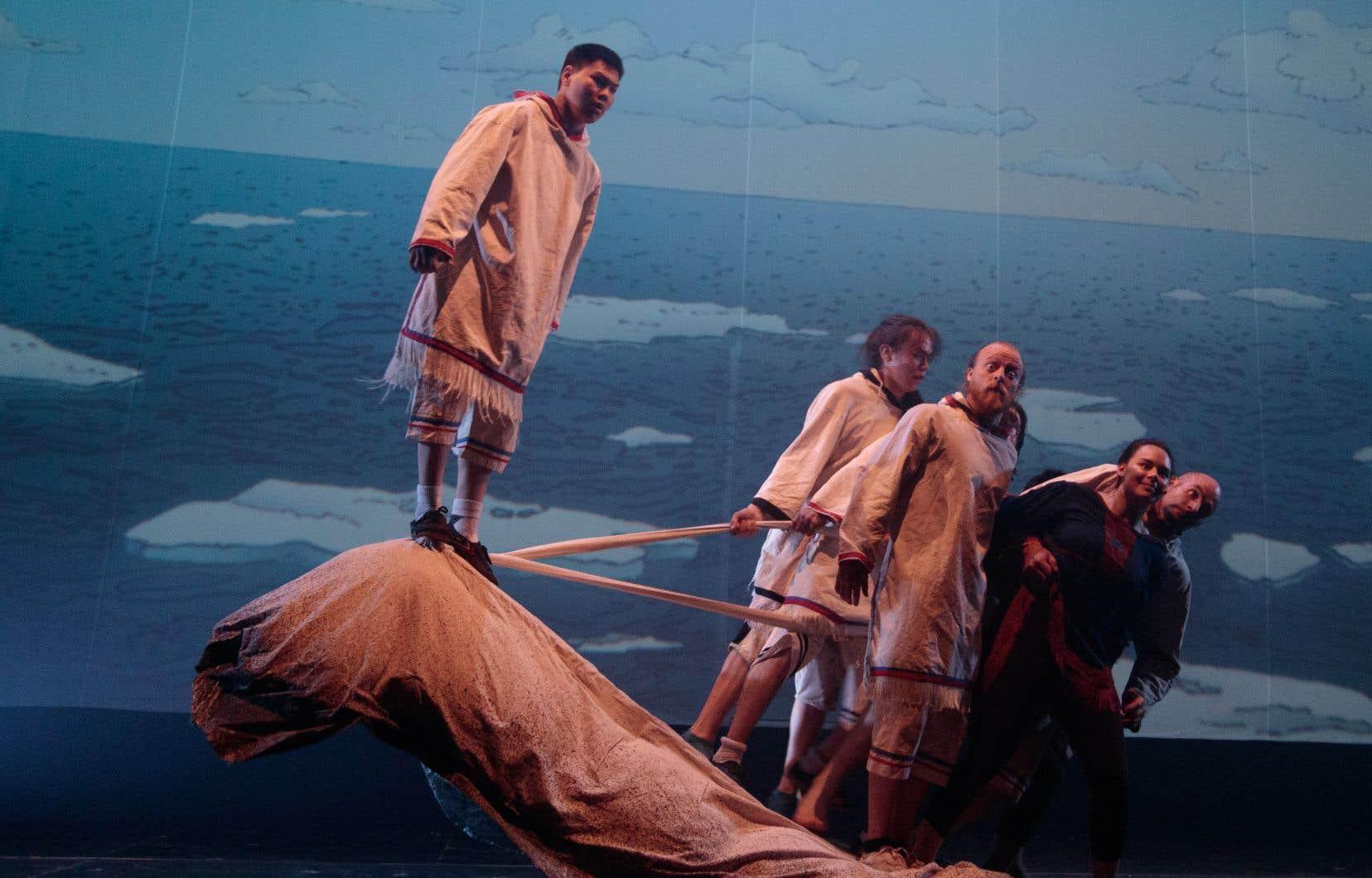 <em>Unikkaaqtuat</em>s'appuie sur des traditions orales inuites menacées afin de créer des tableaux visuels, musicaux et acrobatiques qui s'avèrent d'une grande beauté.
