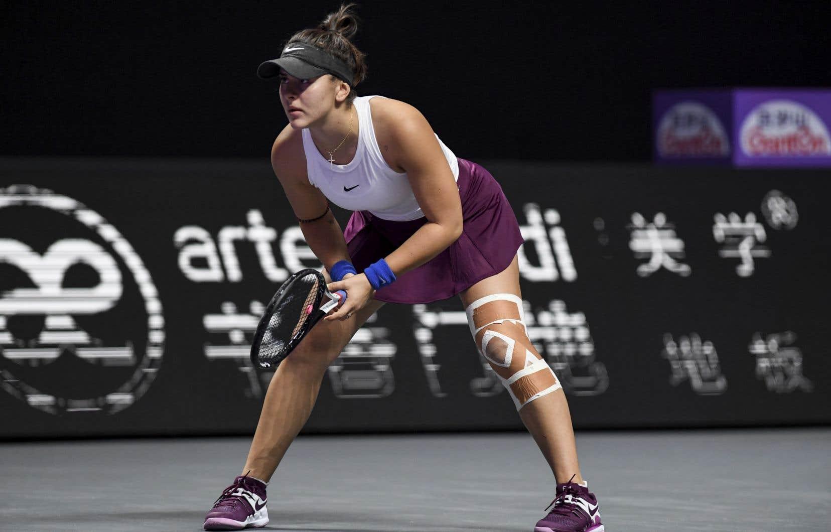 Bianca Andreescu s'est blessée au genou gauche lors de son deuxième match de la phase de groupe des Finales de la WTA, contre la Tchèque Karolina Pliskova, à la fin d'octobre à Shenzhen, en Chine.