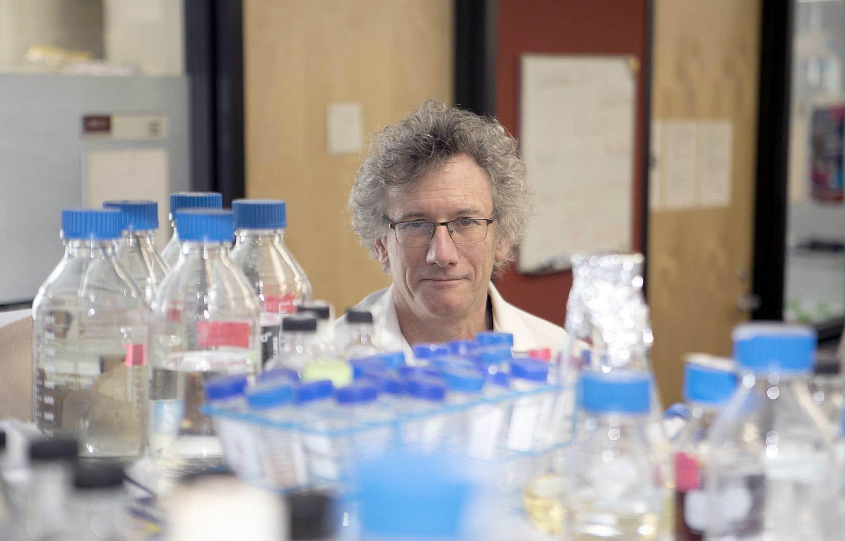 Malcolm Whiteway, dans les laboratoires de la Chaire de recherche du Canada en génomique microbienne dont il est titulaire, à l'Université Concordia