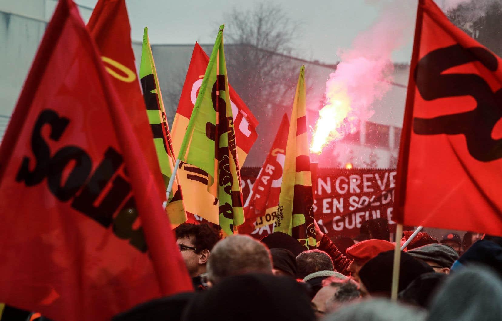 Le trafic restait perturbé lundi à Paris,au 40ejour de grève notamment dans les transports.