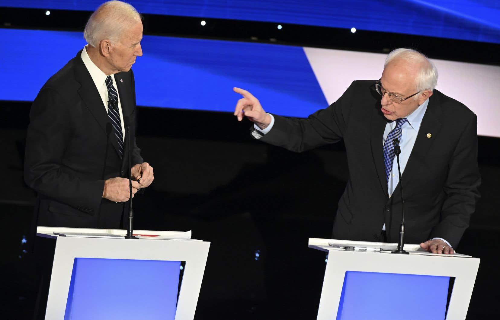 Bernie Sanders (à droite) est revenu sur le vote de Joe Biden en 2002, lorsqu'il était sénateur, en faveur d'une intervention militaire en Irak.