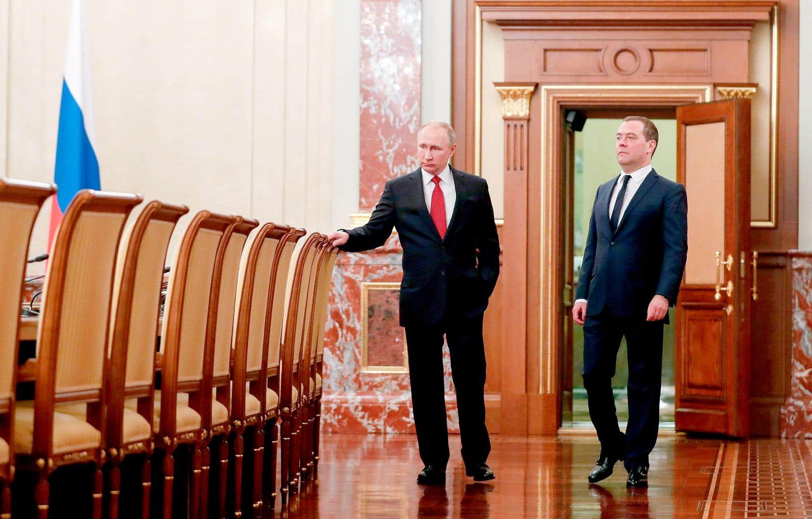 Le président Vladimir Poutine et le premier ministre démissionnaire Dmitri Medvedev ont échangé quelques mots avant d'annoncer le remplacement du second, mercredi, à Moscou.
