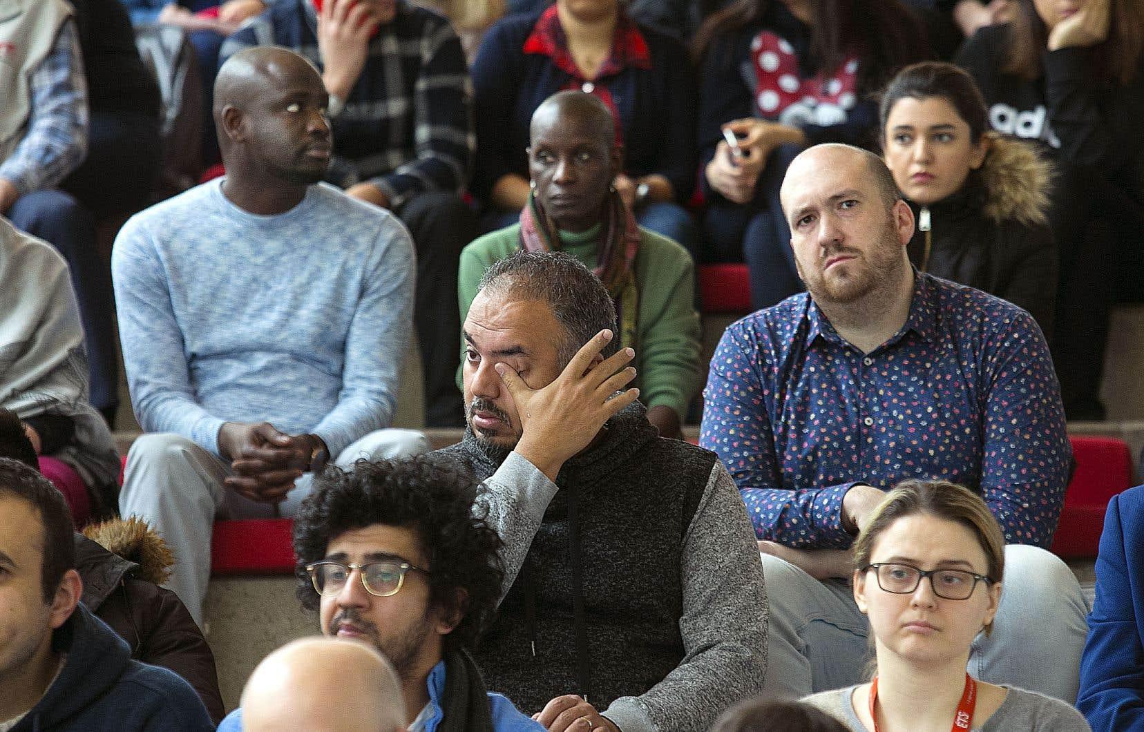 Les étudiants et le personnel des universités du Canada (à l'École de technologie supérieure sur notre photo) ont été invités à observer une minute de silence, mercredi, en hommage aux victimes de l'avion civil abattu par les forces armées iraniennes.
