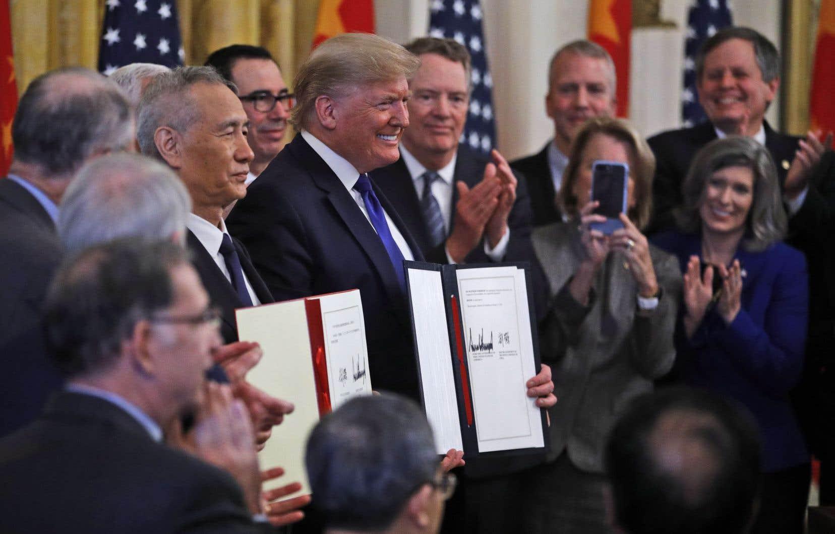 Le président des États-Unis, Donald Trump, et le vice-président chinois, Liu He, ont signé l'accord commercial mercredi.