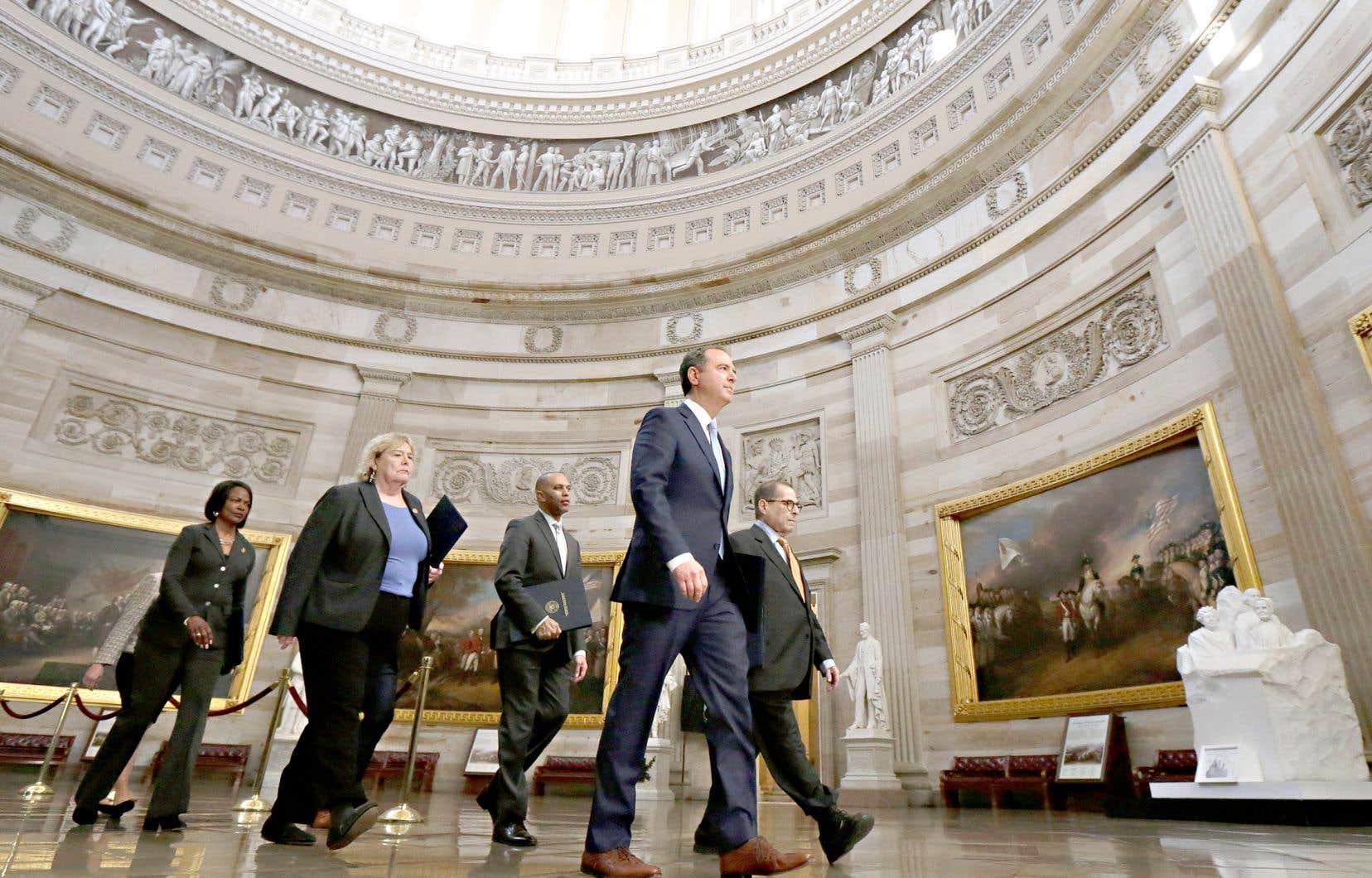 Le procès de Donald Trump a commencé quand sept élus démocrates de la Chambre des représentants se sont présentés au Sénat pour lire l'acte d'accusation adopté le 18 décembre par leur assemblée.