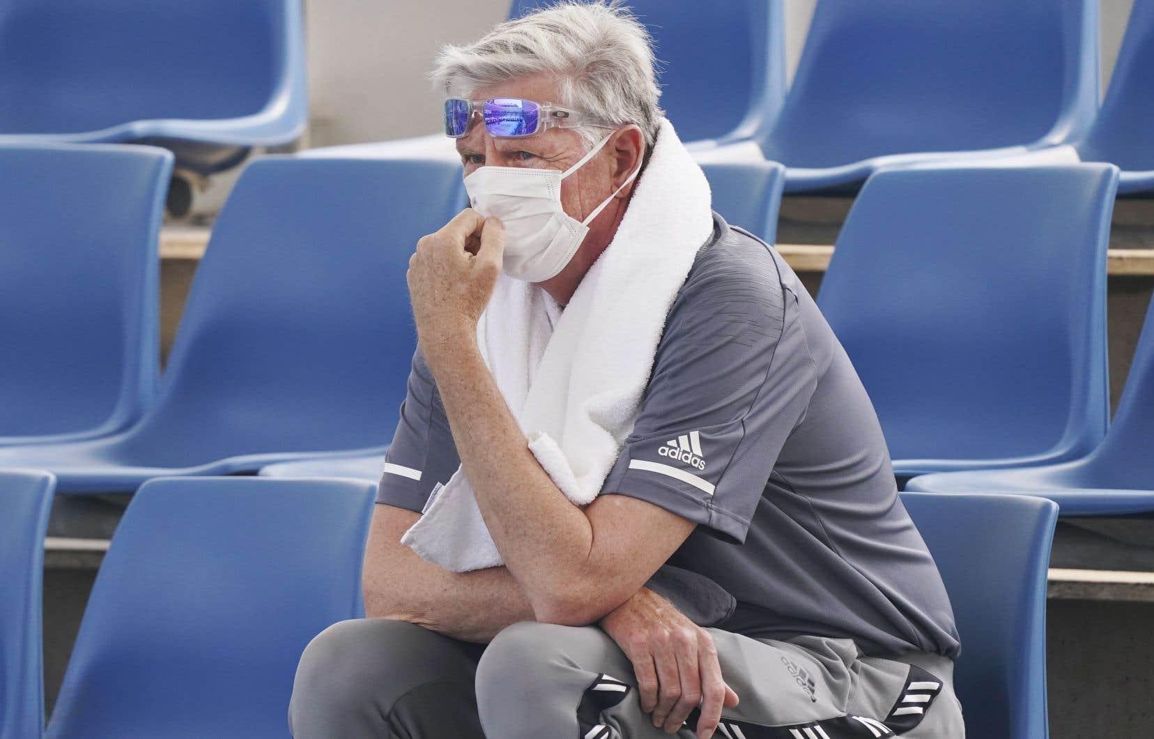 Un spectateur porte un masque pour se protéger de la fumée, lors d'une séance d'entraînement aux Internationaux d'Australie le 14 janvier.