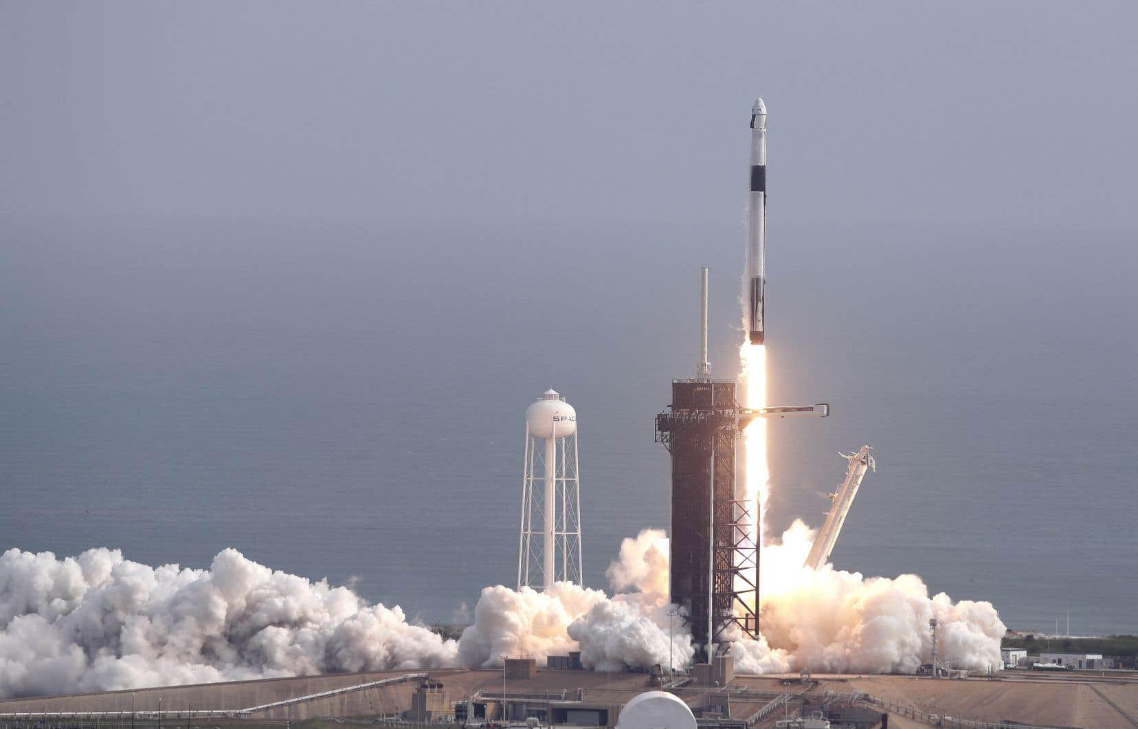 Le lancement-test, sans personne à bord, a commencé à 10 h 30 au centre spatial Kennedy avec le décollage d'une fusée «Falcon 9», au sommet de laquelle la capsule «Crew Dragon» était fixée.