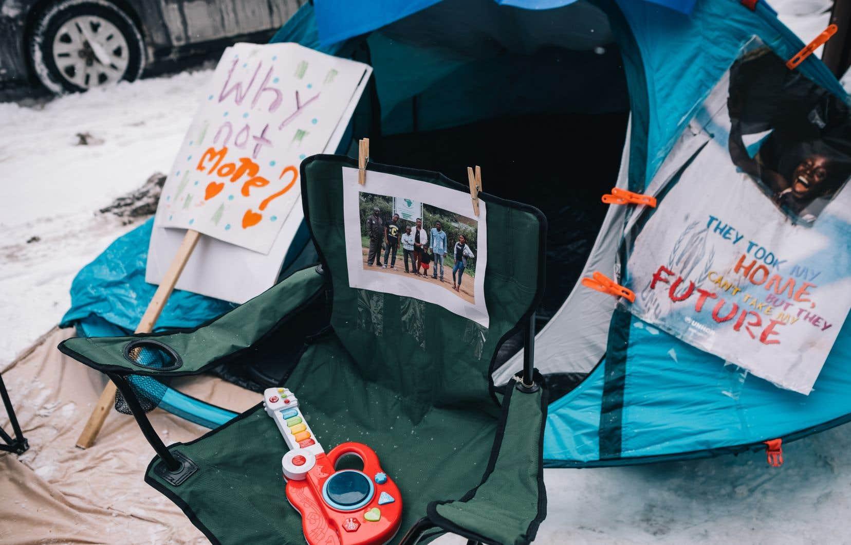 Dimanche après-midi, dans un stationnement enneigé en face des bureaux du MIFI, un petit camp de réfugiés a étérecréé de manière symbolique.