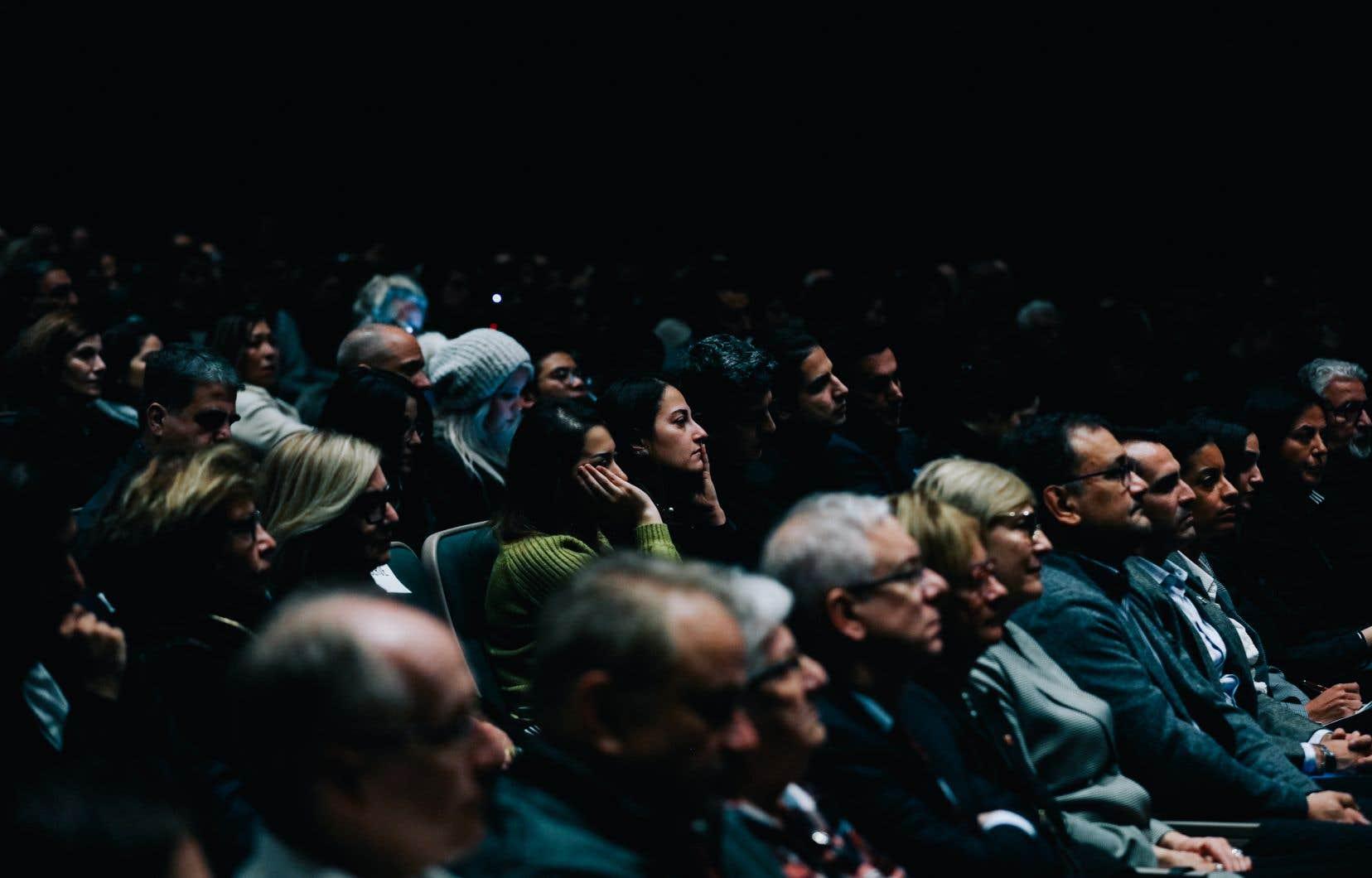 La cérémonie commémorative a fait salle comble au théâtre Symposia dimanche.