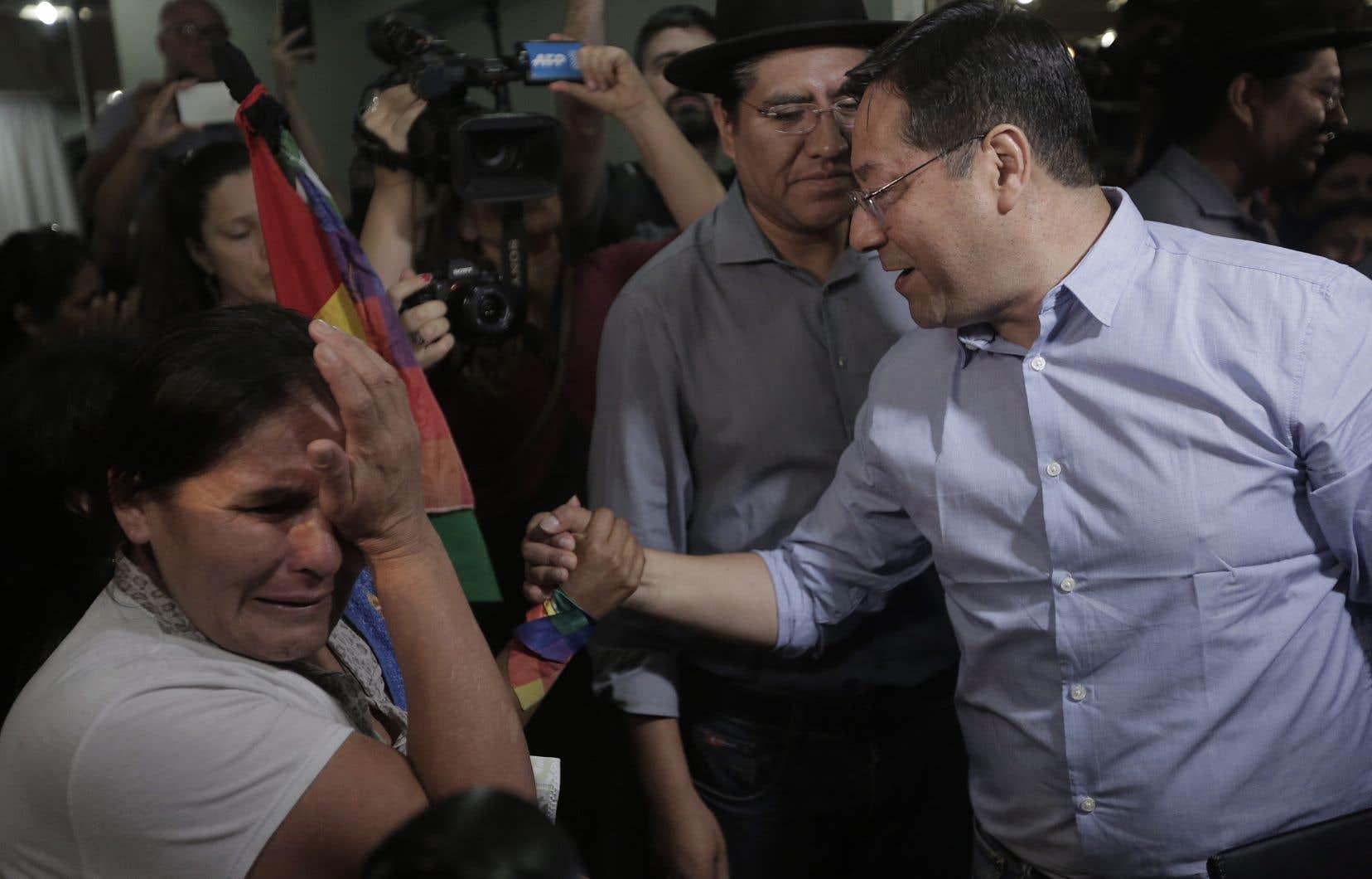 Le candidat présidentiel du parti Mouvement vers le socialisme, Luis Arce, a salué des partisans à la sortie d'une conférence de presse donnée lundi à Buenos Aires, en Argentine.