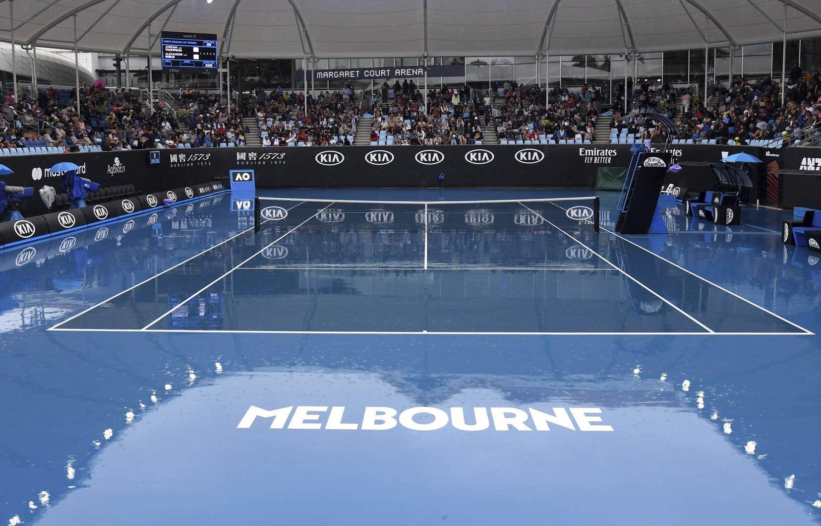 La première journée des Internationaux d'Australie a été perturbée par la pluie, provoquant le report de 32 matchs.