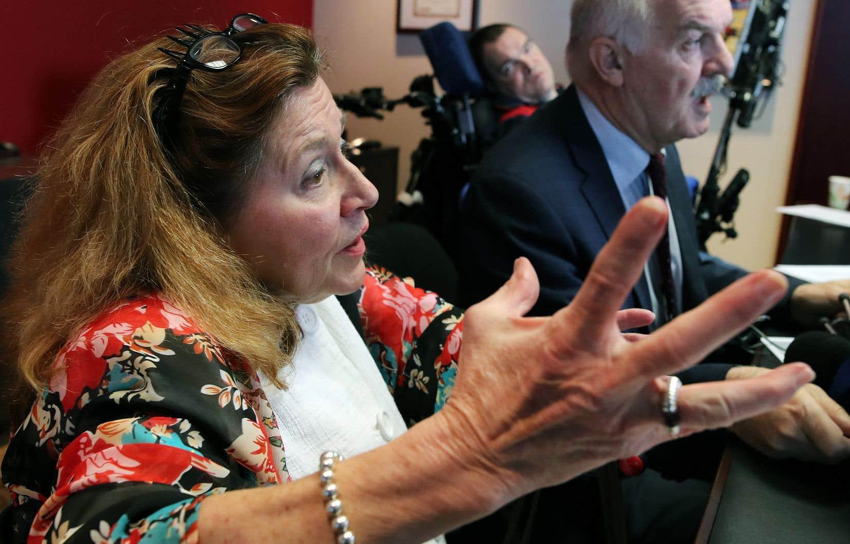 Nicole Gladu en compagnie de l'avocat Jean-Pierre Ménard. En arrière plan, Jean Truchon