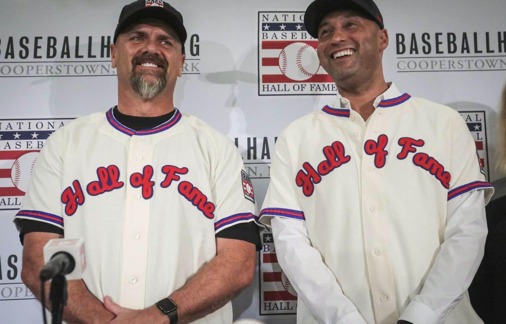 Larry Walker (à gauche) a été intronisé au Temple de la renommée en compagnie de l'ex-joueur étoile des Yankees de New York Derek Jeter.