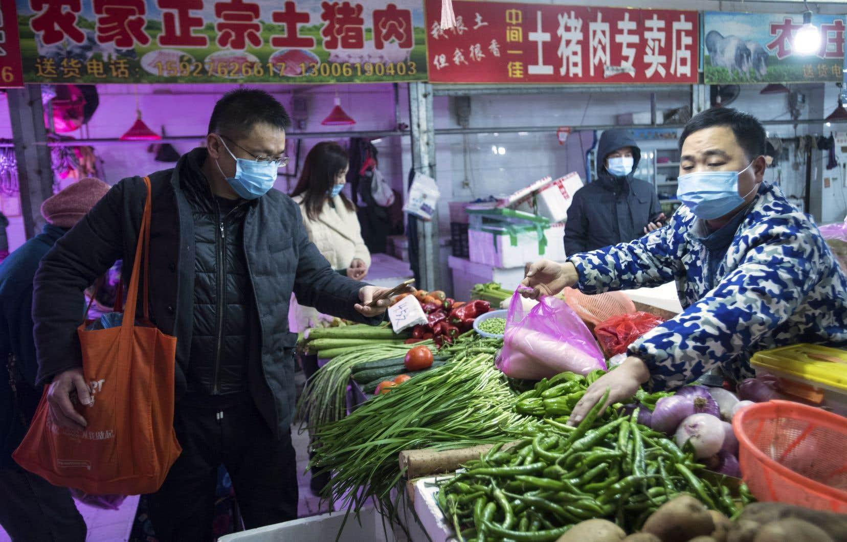 La mairie de Wuhan, épicentre de l'épidémie, a imposé le port du masque respiratoire, que la plupart des habitants avaient de toute façon commencé à mettre depuis le début de la semaine.