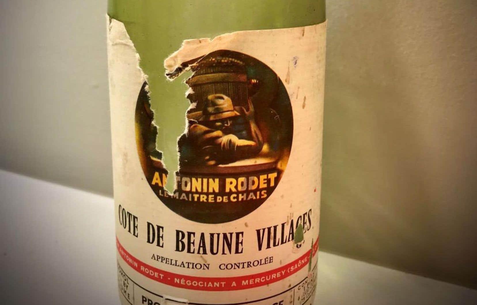 Regardez bien cette étiquette. L'œnographile passerait ici son chemin. Or l'amateur de vin, je veux dire celui qui boit réellement le contenu de la bouteille, y trouverait sans doute son compte avec ce Côte de Beaune Villages 1961 de la maison de négoce Antonin Rodet.